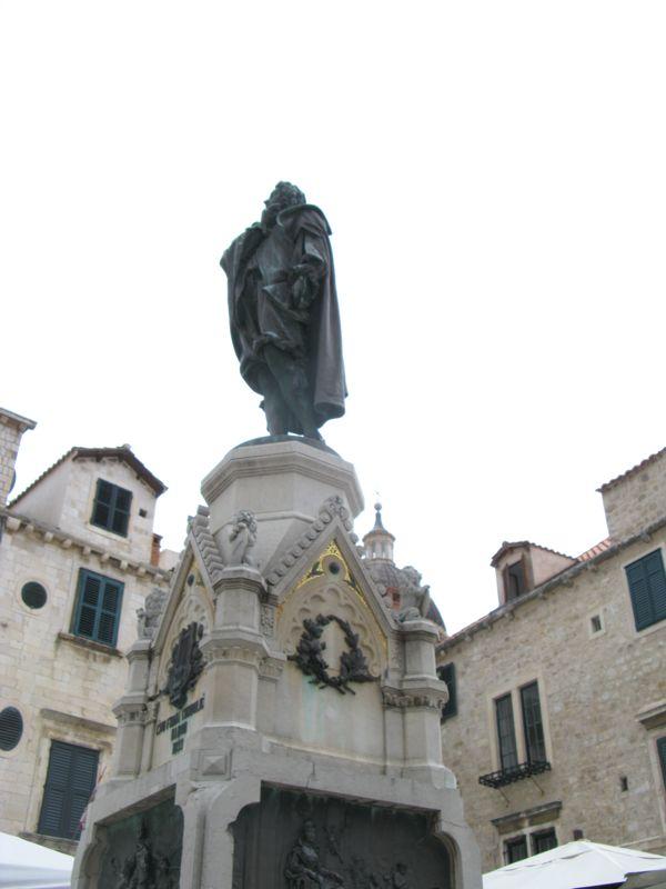 Dubrovnik_Gundelic Square Statue