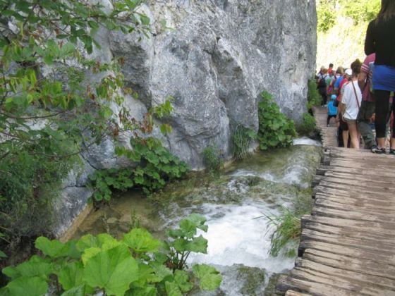 Plitvice1a_tourists on path