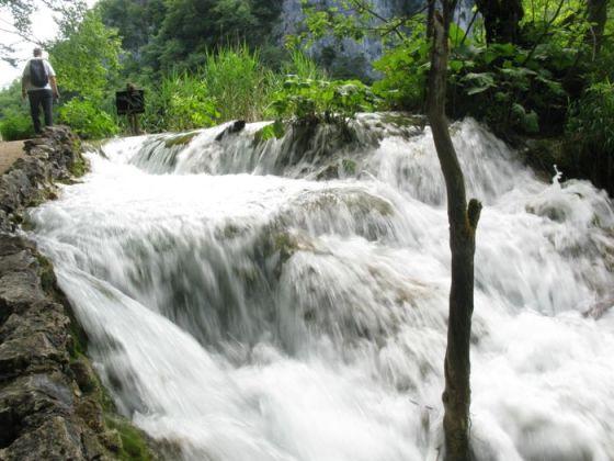 Plitvice6b_DAE walking past falls