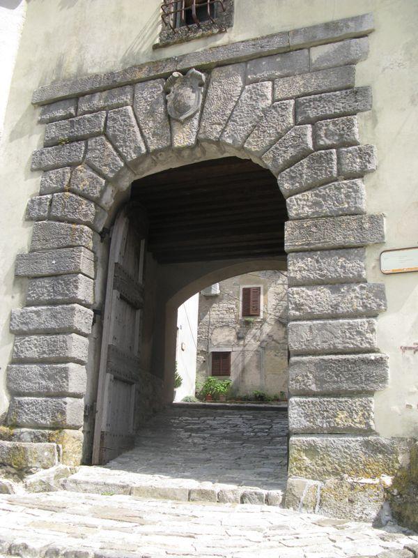 Buzet3e_exterior side gate