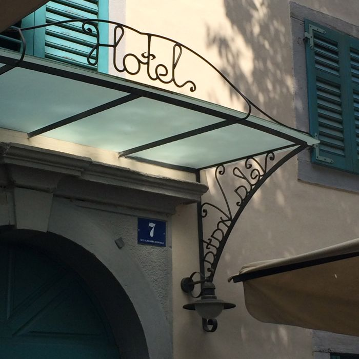 Vela Vrata_hotel sign