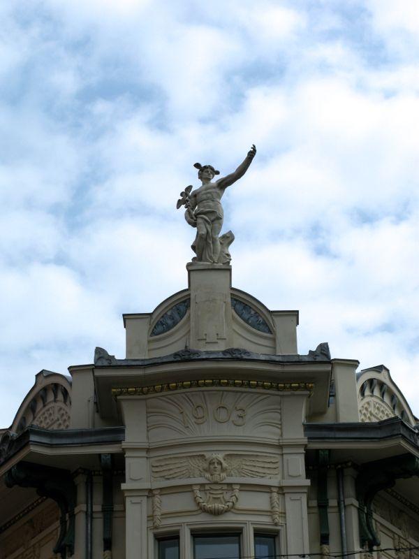 Ljubljana_Galleria6 top statue